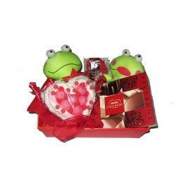 La Cesta Enamorados es el regalo idóneo para celebrar el aniversario o San Valentín. La pareja de peluches demuestra el amor eterno hacia esa persona y el poder compartir los dulces de la cesta regalo. Nuestra recomendación es que la personalices con un pergamino o una fotografía. No habrá nunca dos cestas de enamorados iguales.