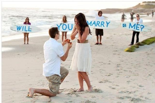 Zaręczyny-na-plaży-wraz-z-najbliższymi-przyjaciółmi.jpg (640×427)