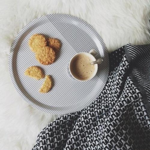 Brettet er laget i bjørkefinér og er foodsafe. Passer perfekt inn i ethvert kjøkken med sin friske geometriske mønster. D 31 cm.