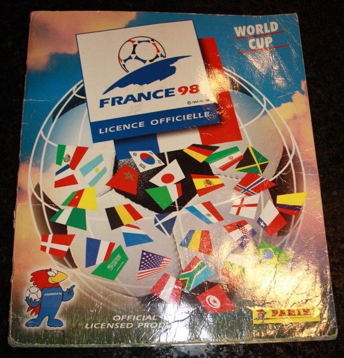 Panini - FIFA World Cup France 98 - Compleet album met uitzondering van de niet verleende rechten van Iran.  Een mooi album van Panini World Cup France 98 waarin de stickers van Iran ontbreken vanwege de niet verleende rechten wel zitten de stickers van Spanje erin maar sommige zijn pop-up stickers waarbij de contouren zijn achtergebleven (bekijk de foto's goed).Er zijn duidelijke gebruikssporen te zien op de kaft van dit album plooien en wat schade aan de rug verder is het in nette staat…