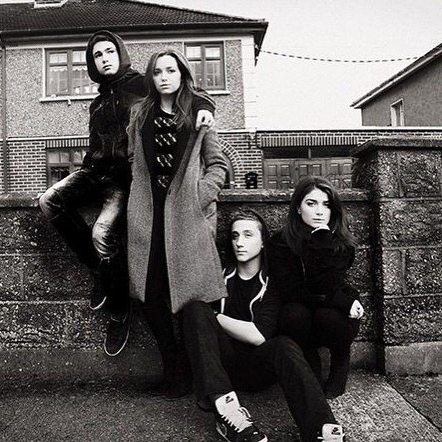 Los hijos en hijas de #Bono posan en #CedarwoodRoad #U2 #Dublin vía @U2 #Jordan #Eve #Eli #john #hewson