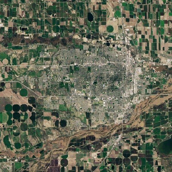 La semaine dernière, le Colorado a subi de graves inondations. Au moment le satellite Landsat 8 prend cette image, le niveau de l'eau à commencer à baisser mais es eaux boueuses s'étendent encore largement en dehors du lit normal de la rivière.