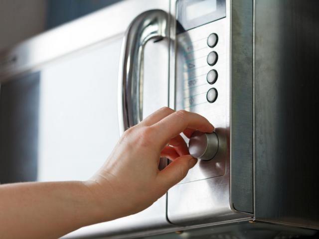 W jaki sposób czyścić kuchenkę mikrofalową? #sprzątanie #kuchenka #mikrofalówka #mikrofala
