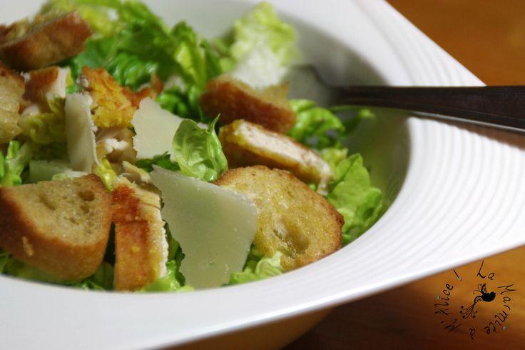 Après t'avoir présenté les croûtons à l'ail fait maison, voici la suite de la salade... Je voulais en fait tester la sauce que Manue m'avait recommandée et que ma CopiVoisine m'avait procurée (oui c'est très simple :D ) : la Creamy Caesar Dressing de...