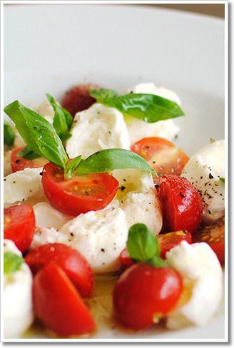 一口サイズの水牛のモッツァレラ、ボッコンチーニとミニトマトの前菜、カプレーゼ