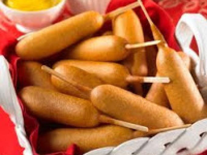 Tipico street food americano. Preparateli a casa per stuzzicare in compagnia! - Ricetta Altro : Corn dogs da Cucinando-online
