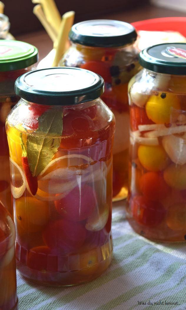 Einkochen und das Haltbarmachen von Lebensmittel ist in aller Munde. Wieso nicht auch einfach mal ein paar Tomaten süß-sauer einlegen? Schmeckt gut, tut gut