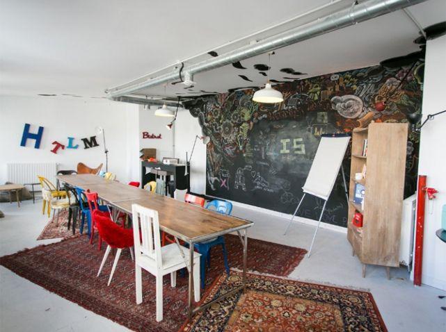 Grande salle de reunion  concept ? A l'origine du projet, l'association Silicon Sentier, dont le nom affiche les ambitions, souhaitait accompagner les entrepreneurs et les jeunes start-up en créant un point de ralliement pour les créatifs au cœur d'un quartier en mouvement. Numa, contraction rusée de « numérique » et « humain », aide les entreprises de A à Z en proposant des services précis à chacun de ses étages : un espace de travail partagé, des salles de conférences, un fablab… Une…