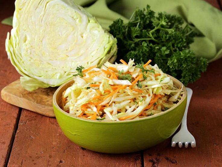Salade de chou et de carottes arrosée d'une vinaigrette épicée faite avec de la mayonnaise et du yogourt. En Anglais ce genre de salade s'appelle « cole slaw », une dérivation du mot hollandais « koolsla », qui signifie « salade de chou ».