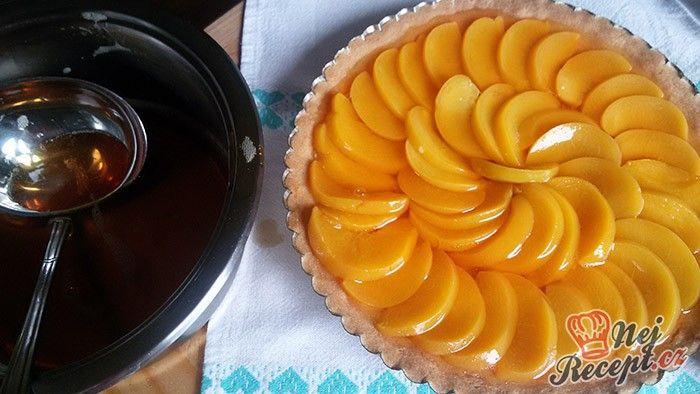 Pokud se k vám chystá nečekaná návštěva, šup do kuchyně připravit extra rychlý koláč s ovocem a želatinou. Určitě si pochutnají. Autor: Mineralka
