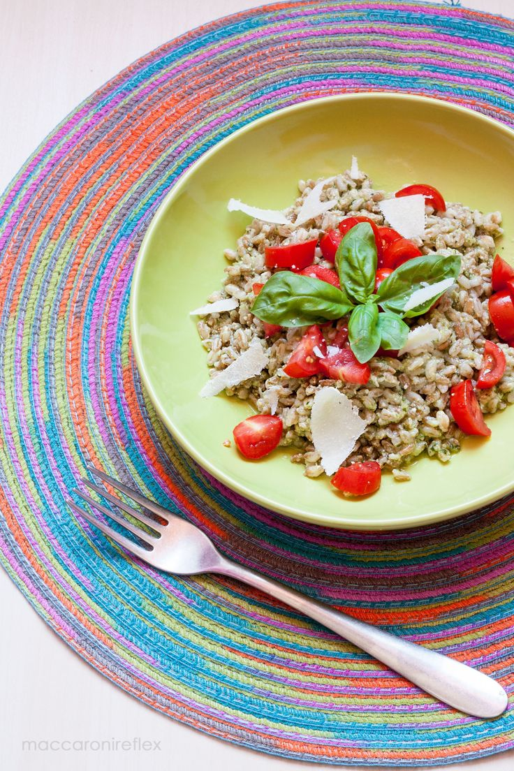 L'insalata fredda di farro pesto e pomodorini è un piatto semplice e veloce da preparare, perfetto da portare a lavoro, università o in spiaggia
