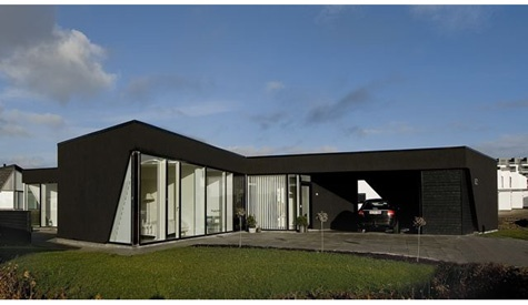Det enkle og elegante præger 3XNs X House, der set fra oven ligner et kæmpe X. De slanke ben peger i alle fire verdenshjørner og opdeler naturligt huset i garage, fællesrum samt to værelsesfløje. I midten er køkkenet placeret med direkte udsyn og adgang til de mange opholdsteder ude, der alle er naturligt afskærmet af husets sider. Det flade tag udgør en vigtig del af det arkitektoniske udtryk, og tidligere tiders børnesygdomme ved denne tagkonstruktion er for længst et overstået kapitel.