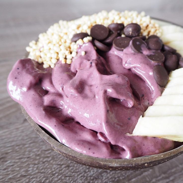 acaí bowl with chocolate chips, quinoapuffs and banana: Mix 250g Alpro go on with 100g of frozen banana, 100g of blueberries/raspberries together with acaì powder and some cocoa powder. Finished of with my favorite toppings ... #coconut #alpro #alprogoon #berries #raspberries #blueberries #quinoa