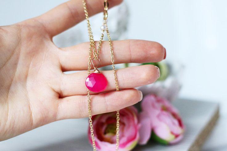 Romantica collana di pietra rosa caldo, pietra preziosa catena di oro, pendente collana, collana in calcedonio rosa fucsia, oro gioielli nuziali vermeil di AuroraFashionJewelry su Etsy https://www.etsy.com/it/listing/399174031/romantica-collana-di-pietra-rosa-caldo