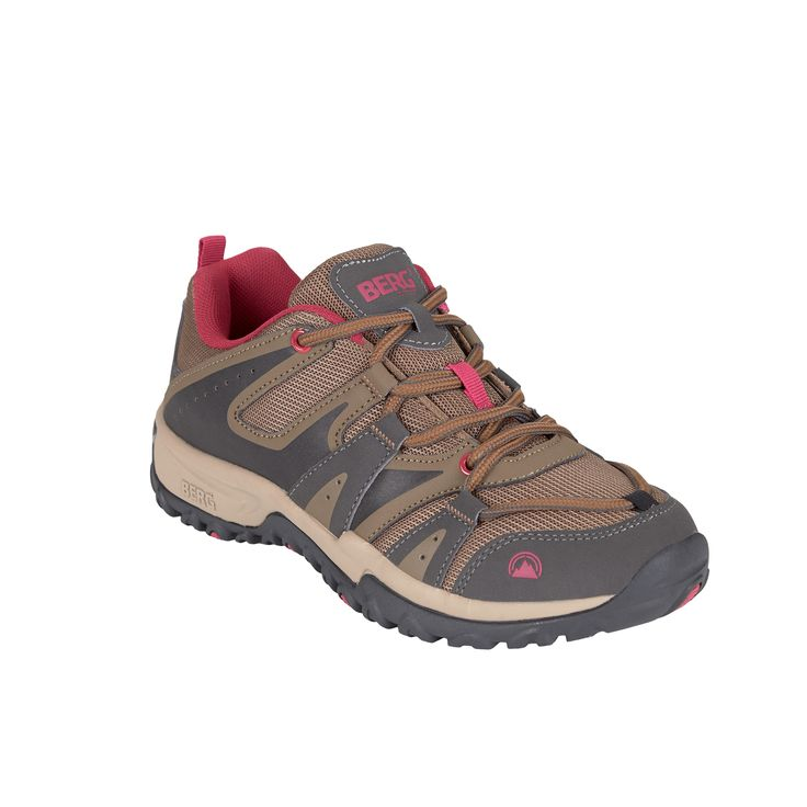 This sneaker featuring an outdoor design is ready to offer the best performance in urban surfaces.
