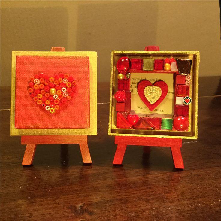 Twee mini's van DROOMmozaiek. Rood, goud en harten, een mooi cadeau voor een grote (geheime?) liefde. Op de achterkant van het bloemenmarkt staat een liefdesgedicht van Marijke Boon. Het andere hart is helemaal in ROMEO EN JULIA -stijl.