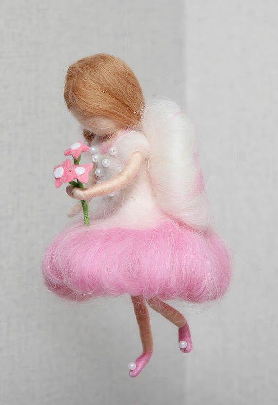 Kinder mobil: Fliegende rosa Fee mit Blumen. Hergestellt aus Wolle. Nadel gefilzt. Waldorf inspirierte. Dieses Handy ist ideal für Raumdekoration. Fee ist ca. 7(18 cm) groß. Ihr Kleid ist mit Perlen verziert. Auf Bestellung gefertigt, können Sie Farbe der Fee Kleider. Dieses Mobile