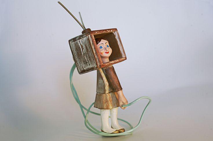 srta. TV_2011 ensamblaje madera, cable de calentador eléctrico, patas de marioneta, brazos y cabeza de yeso de marioneta, alambre.