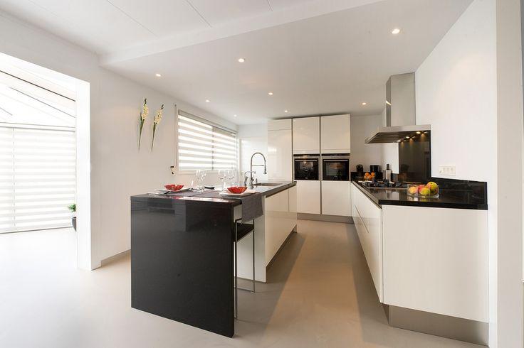 Witte hoogglans keuken met zwart werkblad - Schuller Nextline nl501 via Tieleman Keukens