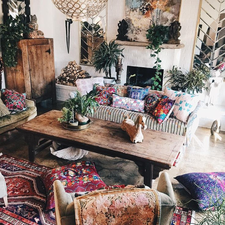 Mixed prints and patterns make this living room so boho for Living room ideas hippie