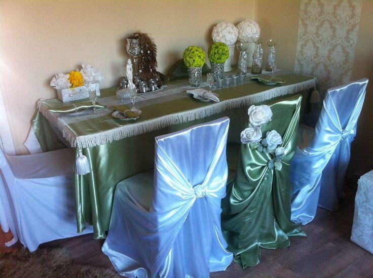 Satīna universālie krēslu pārvalki, der jebkuriem krēsliem. Pieejami balti un sage (maigi zaļas krāsas) pārvalki.