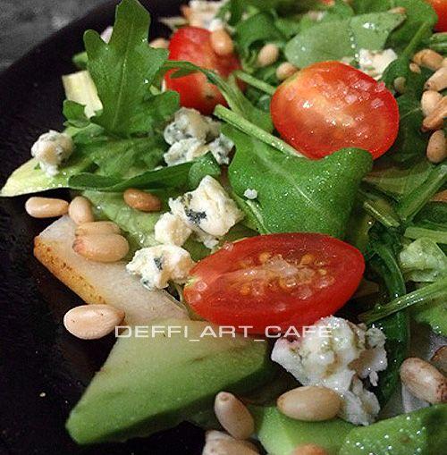 Всем привет! Ciao а tutti! Этот салат родился у меня года три назад как компиляция различных рецептов из инета и моих  наблюдений в ресторанах Италии. Меня тогда пригласили в программу «Званый ужин» и…