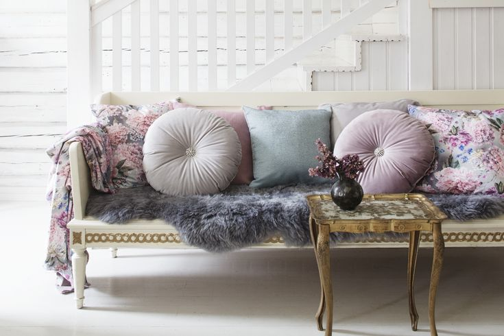 Lennol | Beautiful, pastel livingroom with velvet cushions and throw