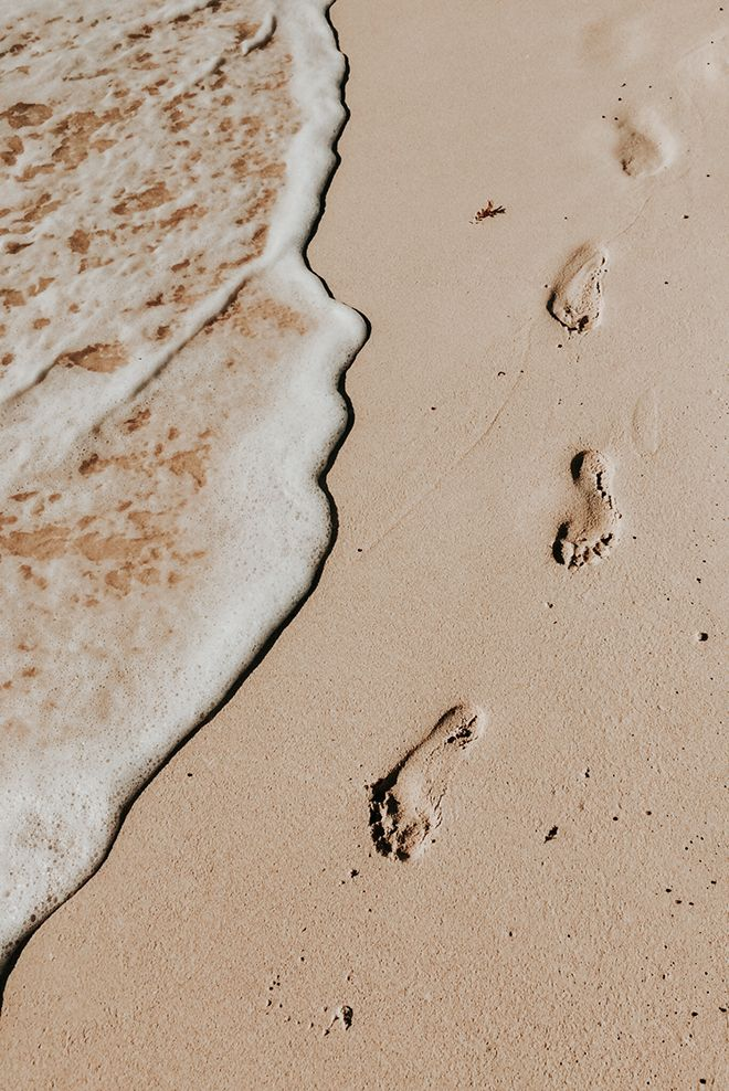 Javiera Beach Aesthetic, Brown Aesthetic, Summer Aesthetic, Aesthetic Photo, Aesthetic Pictures, Simple Aesthetic, Nature Aesthetic, Arte Complexa, Footsteps In The Sand