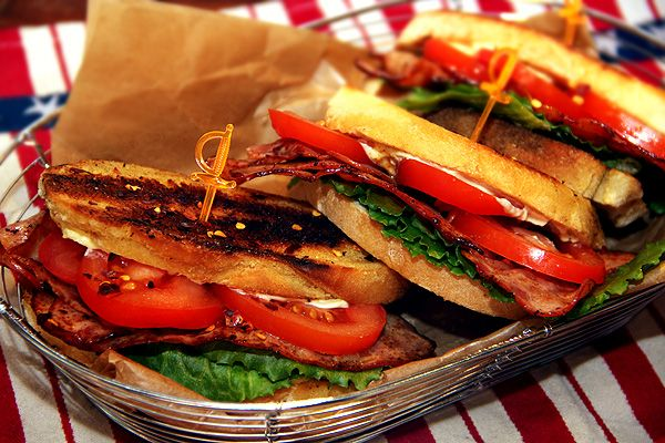 BLT sandwich med kycklingbacon