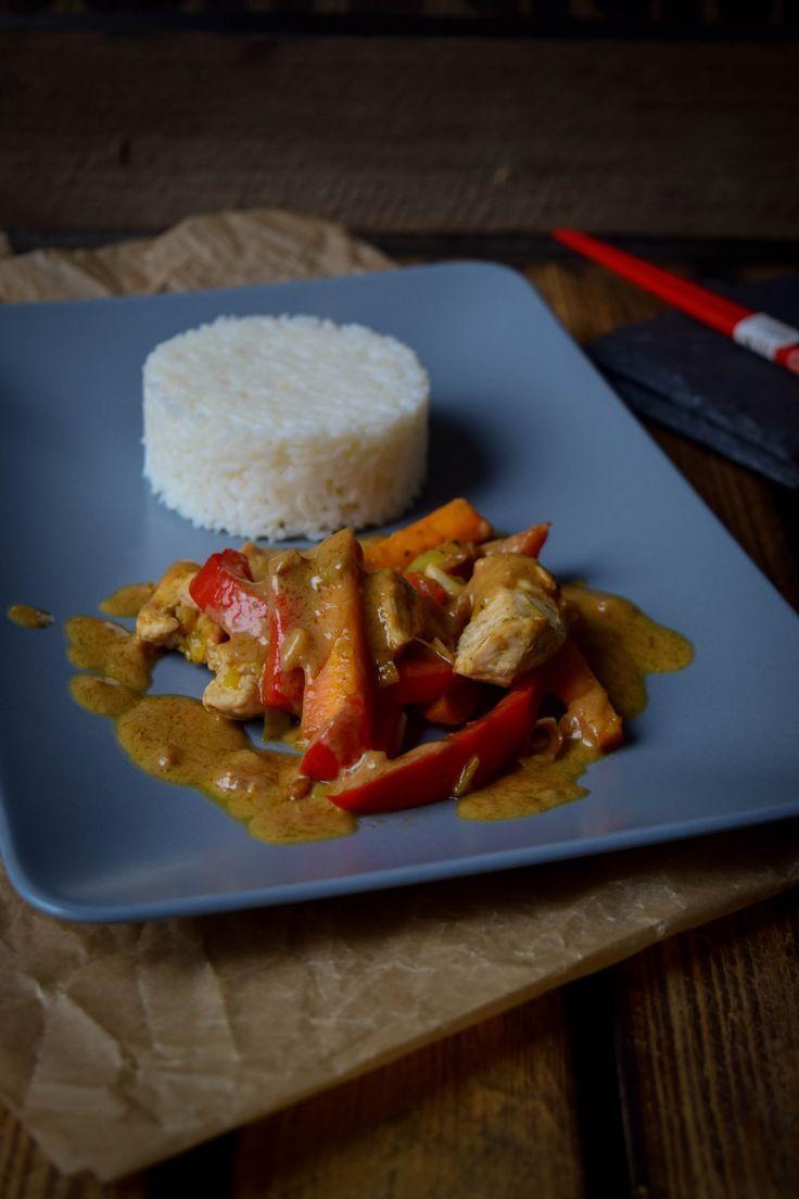 EinfacheErdnusssauce mit buntem Gemüse, Geflügel und Reis