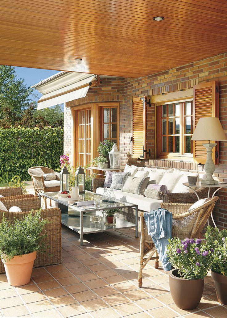 00305371. Terraza con paredes de ladrillos, pavimento de barro cocido y muebles de fibra_00305371