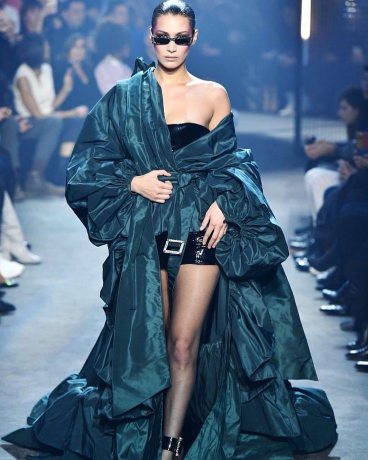 "7 curtidas, 1 comentários - Gigi & Bella (@daily.hadid) no Instagram: ""January 23: Bella walking for Alexandre Vauthier Haute Couture SS18 @bellahadid @gigihadid…"""
