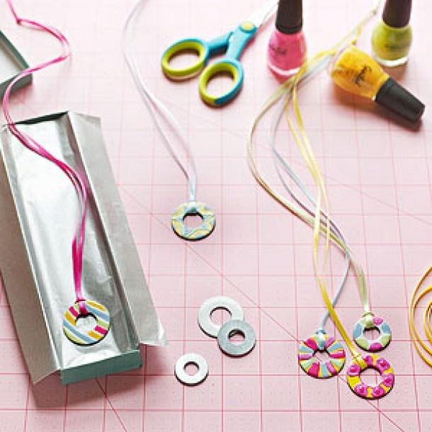 Ketting maken. Nodig: Metalen platte ringen, Nagellak div. kleuren, Nagel diamantjes, Leren veter.  Werkwijze: Verf de metalen ringetjes met de div. kleuren nagellak, je kunt hier heel erg mee varieren. streepjes, stipjes enz. Evt. kun je de ring ook nog versieren met de nageldiamantjes.  Laat de Nagellak goed drogen. Bindt een leren veter om de ring en je hebt een eigen gemaakte ketting.