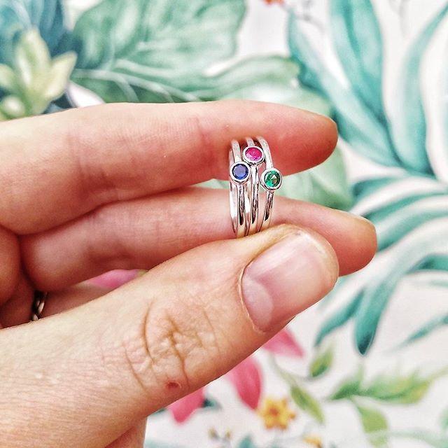 Anillos de plata con Zafiro Ruby y Esmeralda  Son preciosos  Cual elegirías?  Pasad un Sábado maravilloso   #valenciagram #valencia #ciutatvella #ciutatvellavalencia #igersvalencia #plata #joyas #hechoamano #arte #artesania #piedrasnaturales #cristales #anilloplata925 #plata925 #anillo #anillos #argento #silver #jewels #tendencias #modafemenina #trendy #comprasonline #accesorios #tiendasconencanto #jewelryporn #ruby #zafiro #esmeralda #bohochic