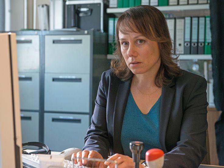 """Das neue Ermittler-Duo in der """"Tatort""""-Landschaft ist ein eingespieltes Team, bei dem die Chemie stimmt. Wie dieser Eindruck ohne viele Worte entstanden ist und was ihre Körpergrösse damit zu tun hat, verrät Eva Löbau im Interview. Der """"Tatort"""" hat ein neues..."""