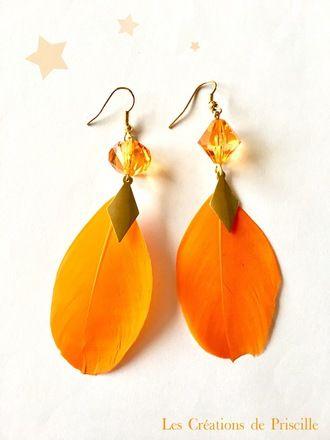 Boucles d'oreilles clips ou percées, plumes oranges, breloques dorées en forme de losange en métal et perles oranges en toupies  Possibilité d'adapter en clip sur demande lors  - 19692484