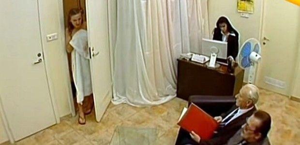 CEA MAI TARE FARSA FACUTA UNOR FETE LA DUS! A disparut vestiarul :)) Shower surprise prank!