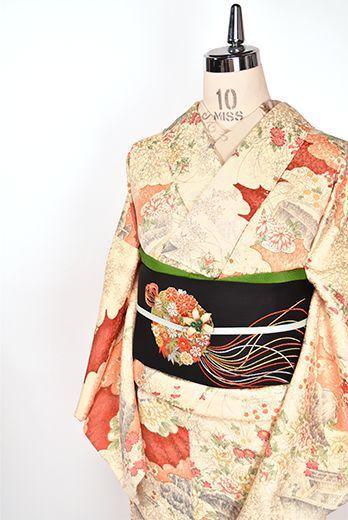 東雲色や薄卵色、茜色などの彩り美しく、四季の花庭美しい寝殿造りの瀟洒な建物が染め出された平安絵巻をひもとくような正絹綸子の袷着物です。