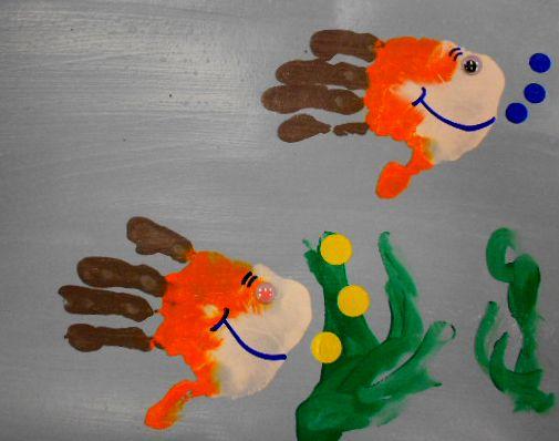 Peixos fets amb empremtes de les mans.