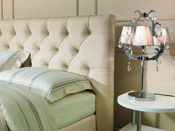 Particolare testiera capitonné del modello FACILE JUBILEE rivestito nel morbido Comenappa color crema...un'opera d'arte nella tua camera da letto!