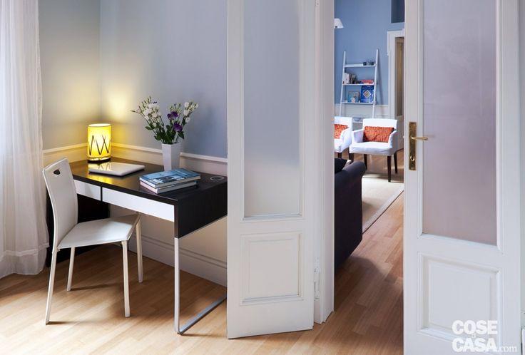 Nell'angolo, lo #studio Nel piccolo spazio tra l'ingresso alla camera e la finestra c'è posto per una scrivania a due cassetti, illuminata da una minilampada da tavolo. La zona gode di una buona luce naturale e risulta anche in parte schermata dal battente della porta.