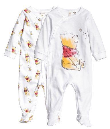 Valkoinen/Nalle Puh. Pitkähihaiset pyjamat pehmeää puuvillatrikoota. Painatus. Kiinnitys painonapein.