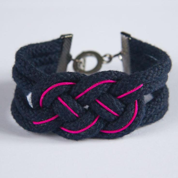 Bracelet en grosse cordelette marine avec un fil de nylon rose fluo.