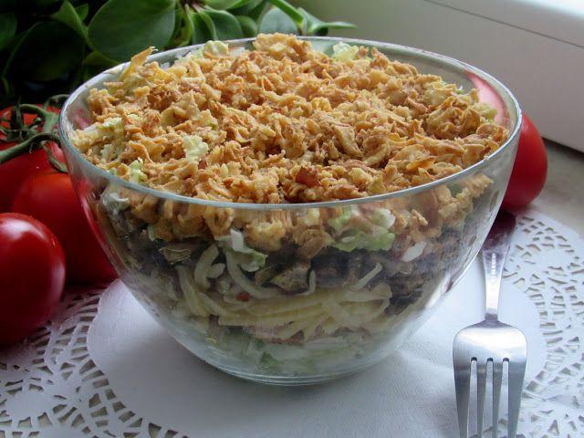 Kulinarne eksperymenty: Sałatka z kurczakiem i prażoną cebulką