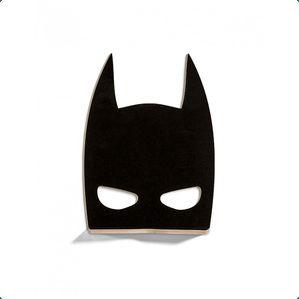 Sej hylde / lille natbord fra That's Mine. Hylden er formet som som batmans maske.