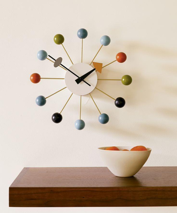 Ball Clock, George Nelson, 1949. Projetado por George Nelson 1948, durante uma fase de grande expansão econômica dos EUA, a visão de Nelson foi trazer moderno design para aspectos comuns da casa, criando então mais que um simples relógio e sim uma peça de um design que não foi afetado com o passar do tempo.