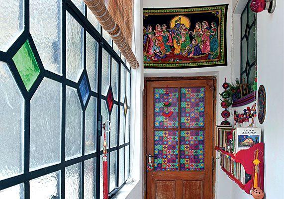 Por elección de su dueña, la decoradora María Ojam, dos condiciones marcan el recorrido de este antiguo PH en San Telmo: la primera es la firme convicción de mantener su estructura original, y la segunda, el imperio absoluto del color. Esto se manifiesta desde el pasillo de ingreso tan típico de las viviendas de este estilo. Conserva las ventanas de hierro con sus vidrios de colores originales que fueron restaurados uno a uno por la decoradora. Sobre una de las paredes laterales se dispuso…