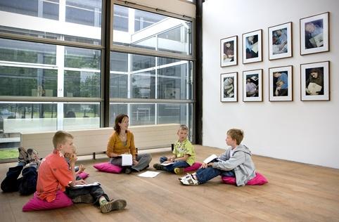 Kinderen voor de serie departure (2001) van Yeb Wiersma in de tentoonstelling Tweeëntwintigduizendvijfhonderd (2007) in Museum De Paviljoens. © Gert Jan van Rooij, Museum De Paviljoens