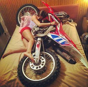 Garota dormindo com sua grande paixão! - girl sleeping with your bike. www.motooffroad.com.br #mxgirl #dirtbike #sleeptime #lovebike #mxlove