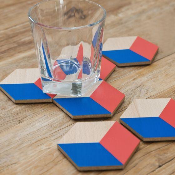 Coffret de six sous-verres pouvant être assemblés, façon mosaïque, pour former un beau dessous de plat.  Dessus en bois vernis imperméable, dessous en liège pour une bonne adhésion. Disponible en deux coloris : vert & gris et bleu & rouge.